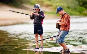 Дети рыбачут