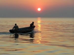 Двое мужчин в лодке