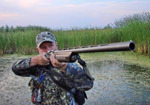 Охотник стреляет